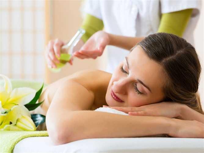 Massage: Cải thiện tuần hoàn máu, làm cơ thể bạn linh động hơn nên rất hiệu quả khi trị chứng bệnh đau khớp. Khi gặp cơn đau, bạn có thể tự mình massage cho mình nếu có kĩ thuật hoặc tìm đến các trung tâm massage chuyên nghiệp.