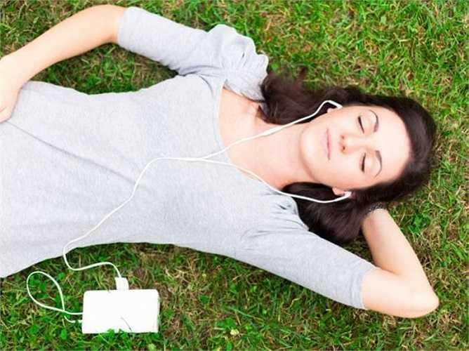 Tham gia trò chơi: Các nghiên cứu đã chỉ ra rằng nghe nhạc hoặc chơi trò chơi video có thể đánh lạc hướng tâm trí của bạn, giúp bạn quên đi nỗi đau, làm giảm cường độ của các cơn đau đáng kể.