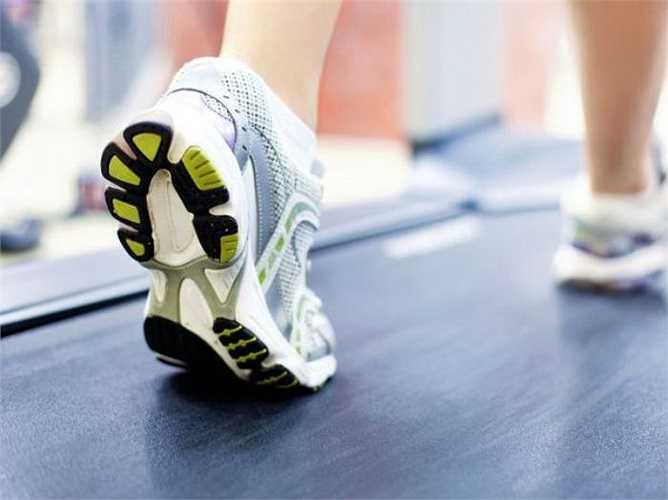 Tập thể dục: Có thể bạn thấy khó khăn nếu phải tập thể dục khi đang đau đớn nhưng nó thật sự là một cách giảm đau rất tốt. Tập thể dục không chỉ làm tăng nồng độ endorphin của bạn và làm giảm căng thẳng, chống lại các chất gây viêm trong cơ thể của bạn.