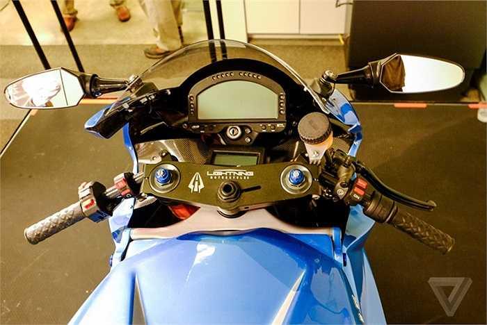 Khối động cơ điện của LS-218 có công suất 150 kW (khoảng 202 mã lực) và mô-men xoắn cực đại 227 Nm. Cung cấp năng lượng cho mô tơ là cụm ắc-quy dạng pin nhiên liệu.