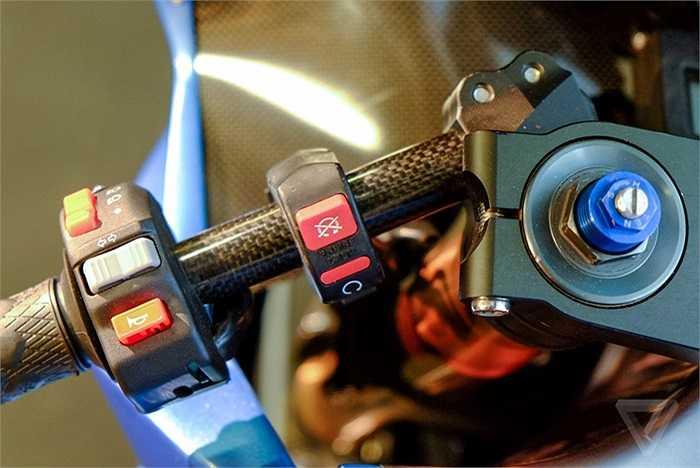 Hệ thống nút bấm điều khiển, tay phanh và màn hình hiển thị không nhiều khác biệt so với một chiếc mô tô dùng động cơ đốt trong kiểu tương tự.