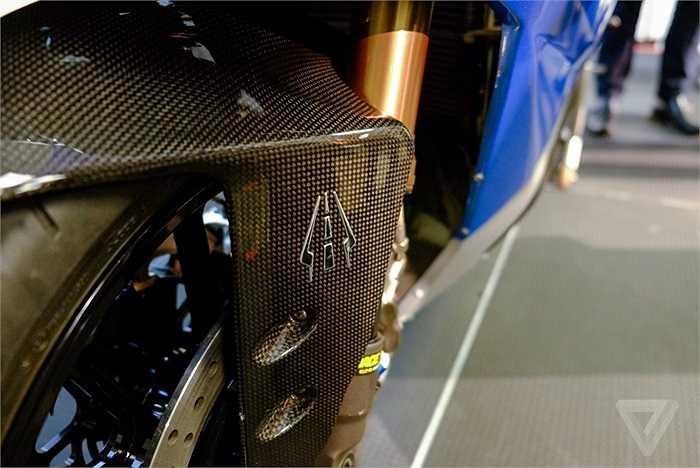 Các chi tiết thân vỏ chiếc xe được làm từ sợi các-bon giúp giảm trọng lượng. Các chi tiết cơ khí được giản lược đi nhiều nên trọng lượng của xe chỉ khoảng 225 kg.