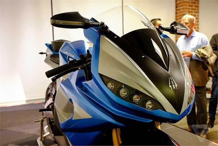 Vóc dáng của Lightning LS-218 khá giống kiểu truyền thống của các xe đua mô tô GP. Vị trí bình xăng chính là bình ắc-quy cấp điện cho động cơ làm việc.
