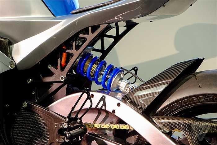 Khách hàng có thể tùy chọn mua bộ ắc quy tích điện cỡ 20 kW, giúp chiếc xe có thể vận hành liên tục trên quãng đường từ 250 – 290 km. Giá bán của chiếc siêu mô tô điện này được cho là vào khoảng 38.000 USD. (Quốc Khánh)