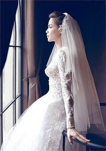 Sự sang trọng toát ra ở thần thái cô dâu.