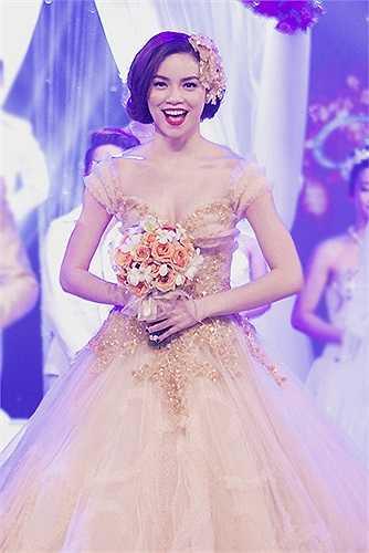 Nữ ca sĩ diện váy cưới lộng lẫy của nhà thiết kế Phạm Đặng Anh Thư.