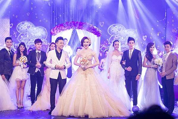 Nụ cười rạng rỡ của Hà Hồ khi làm cô dâu trên sân khấu và hát ca khúc diễn tả niềm hạnh phúc của những đôi tân lang, tân nương.