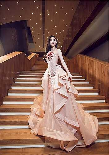Một bộ váy áo khác lộng lẫy như váy cô dâu được Hà Hồ mặc để giới thiệu liveshow 10 năm sắp ra mắt.