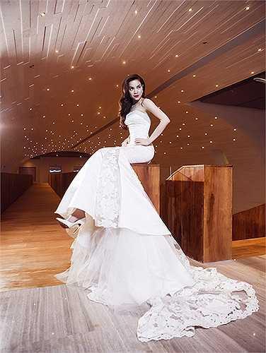 Trong bộ ảnh mới, 'Nữ hoàng giải trí' trông gợi cảm và đầy quyền lực. Bộ ảnh nhân sự kiện 10 năm gia nhập showbiz Việt.