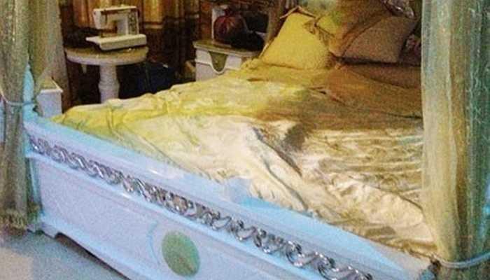 Vào nhà đại gia, còn có rất nhiều vật dụng khiến người khác 'giật mình' về độ 'khủng', lạ và đắt đỏ của chúng. 'Khám' nhà ông trùm Tráng A Tàng (biệt danh Tàng Keangnam), chiếc giường ngủ có tới nửa tỷ đồng cho thấy phần nào độ chịu chơi của ông trùm ma túy này.