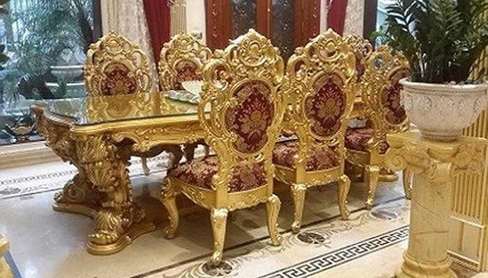 Khi đến biệt thự sang chảnh nằm trên đường Nguyễn Thị Thập - Nguyễn Thị Định (Hà Nội) mới thấy độ 'ngông' của vị đại gia sở hữu biệt thự, nội thất đều được dát vàng tỉ mỉ. Trong hình là bộ bàn đắt giá, dát vàng công phu.