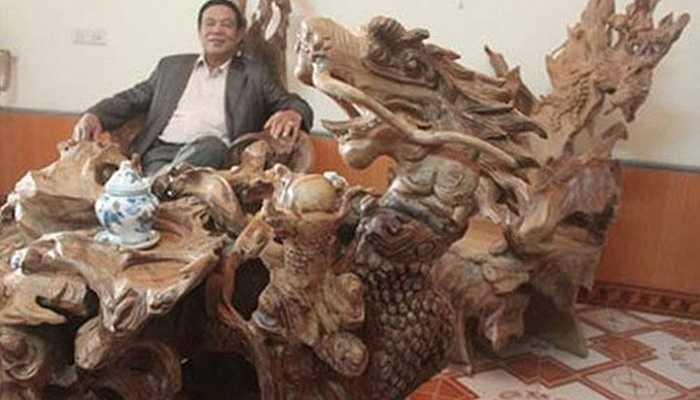 Bộ bàn ghế có hình dáng kì dị, giá 4 tỷ đồng của một doanh nhân Tuyên Quang tên Nguyễn Quang Vịnh, được chạm trổ rồng phượng một cách cực kỳ tinh xảo.