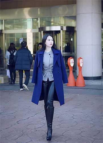 Sang Hàn Quốc, Ngọc Trinh thể hiện phong cách thời trang sành điệu trên đường phố.