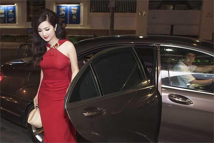 Vừa bước xuống xe, cô đã thu hút được sự chú ý của tất cả những người có mặt với vẻ yêu kiều.