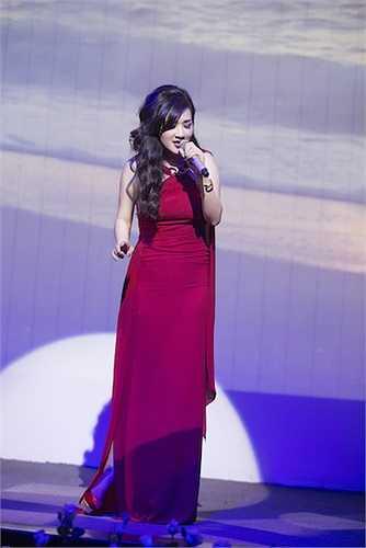 Trong đêm nhạc, mỹ nhân 'không tuổi' cũng có dịp khoe giọng hát được đào tạo khá bài bản của mình.