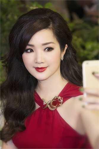 Người đẹp cũng đang rất tất bật với công việc làm giám khảo cho chương trình 'Sao Việt toàn năng'.