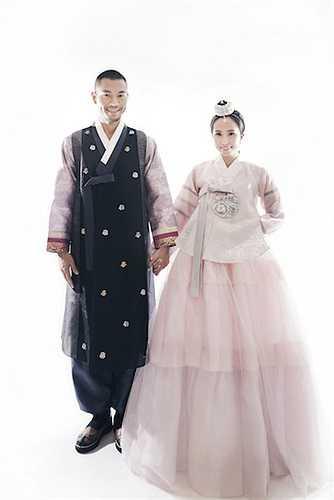 Quỳnh Nga và Doãn Tuấn trong trang phục truyền thống của Hàn Quốc.