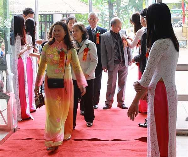 Ngay từ sáng sớm, các nữ sinh ĐH Đông Đô đã có mặt từ sớm để đón chào các thầy cô giáo, các đại biểu về dự lễ kỷ niệm Ngày nhà giáo Việt Nam và 20 năm thành lập trường