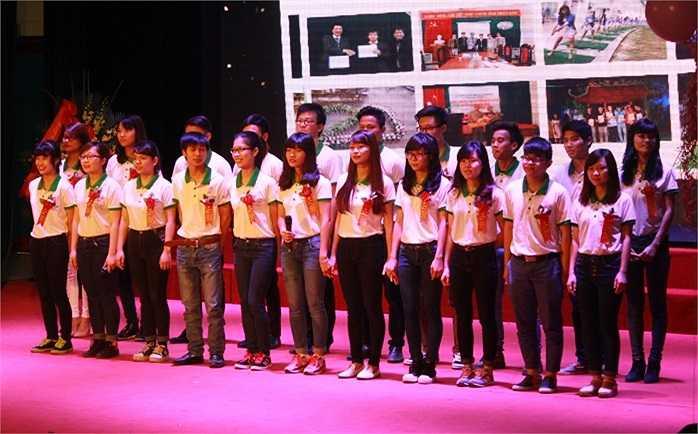 Tập thể sinh viên hát vang bài ca gửi tặng các thầy cô giáo