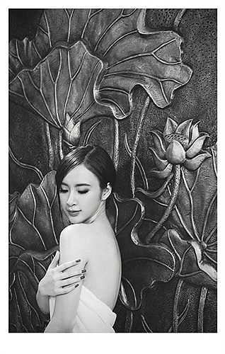 Angela Phương Trinh vai trần quyến rũ.