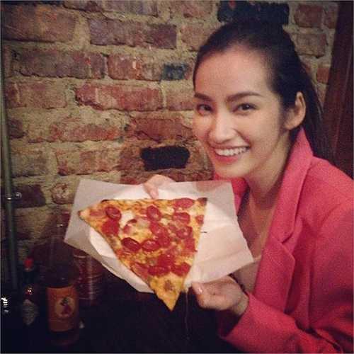 Trúc Diễm khoe miếng bánh pizza cỡ bự.