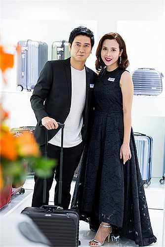 Nhạc sĩ Hồ Hoài Anh cũng được bà xã chăm chút về trang phục. Khi xuất hiện tại sự kiện giải trí hay ngồi trên ghế nóng Giọng hát Việt nhí, trang phục củađôi vợ chồng luôn có sự ăn ý về màu sắc hay tương hỗ nhau trong kiểu dáng.