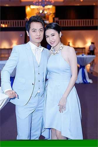 Nếu Đăng Khôi thường xuyên xuất hiện lịch lãm với bộ vest, thì bà xã lại duyên dáng và quyến rũ trong các chiếc váy tôn vinh vóc dáng gái một con.