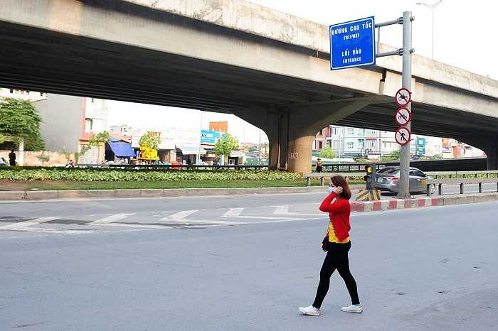 Đường vành đai 3 trên cao có vai trò rất quan trọng trong hệ thống giao thông của thành phố Hà Nội. Tuy nhiên, kể từ khi được thông xe, tình trạng ôtô bắt đón trả khách tại các nút giao, xe máy cùng xe ba gác chạy cùng xe ôtô trên đường cao tốc bất chấp các biển cấm lại là tình trạng đang diễn ra hàng ngày.