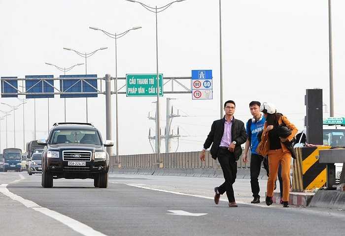 Bất chấp nguy cơ xảy ra tai nạn giao thông (Tốc độ tối đa dành cho ôtô trên đường cao tốc là 80km/h) những hành này vẫn vô tư đi bộ trên đường cao tốc.