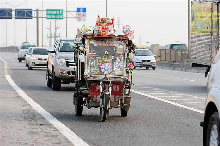 Không chỉ người đi bộ, những phương tiện khác như xe ba bánh, xe máy cũng ngang nhiên đi vào đường cấm.