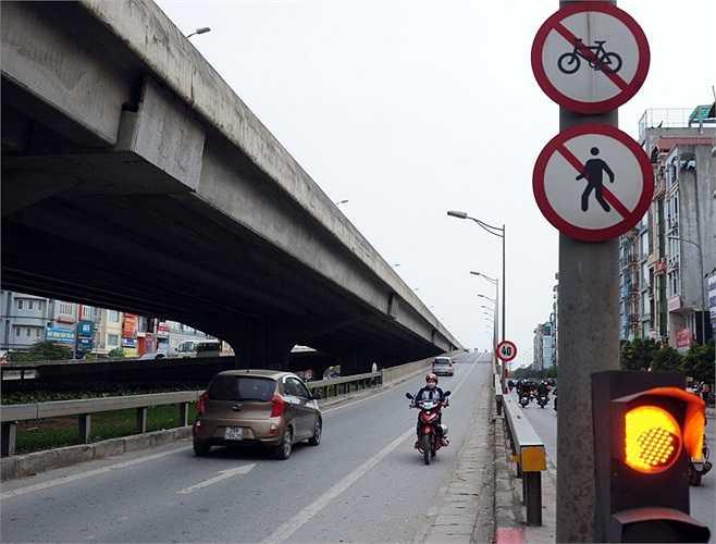 Bỏ qua tất cả biển báo, biển cấm, người điều khiển xe máy này thậm chí còn đi ngược chiều điểm đầu lên xuống của đường cao tốc (Đầu đường Nguyễn Xiển)