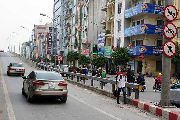Tuy nhiên, khi vắng bóng lực lượng chức năng, nhiều người đi bộ vẫn tiếp tục đi vào đường cấm để bắt xe khách ngay trên đường cao tốc.