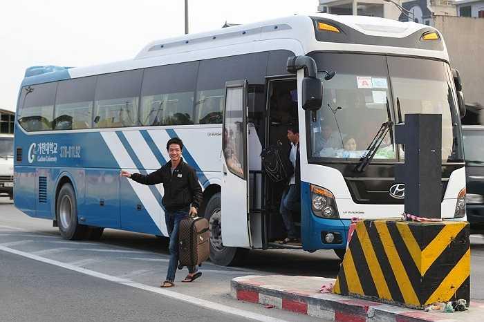 Một chiếc xe vô tư đón trả khách tại điểm đầu lên xuống ngã 4 Nguyễn Trãi – Khuất Duy Tiến. Rất nhiều hành khách vì muốn 'đi tắt cho nhanh' mà xuống xe ngay tại đường cao tốc thay vì về bến. (Ảnh: Việt Linh)