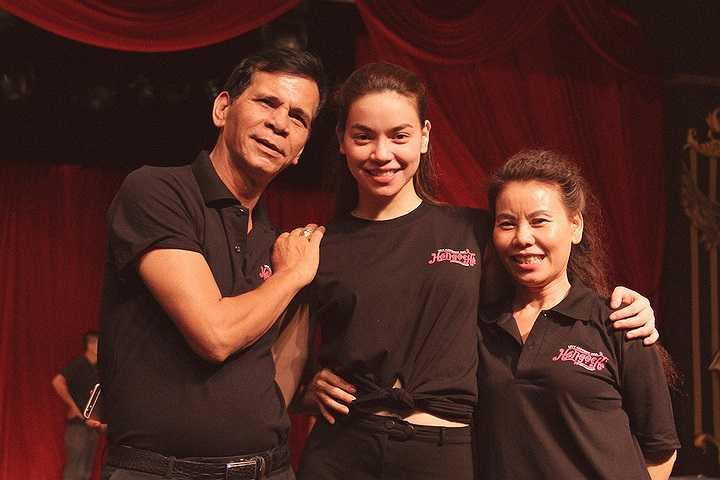 Để ủng hộ tinh thần cho con gái của mình, bố mẹ nữ ca sỹ Hồ Ngọc Hà đã đến sân khấu chăm sóc và dõi theo Hồ Ngọc Hà tập luyện đến tận đêm khuya.
