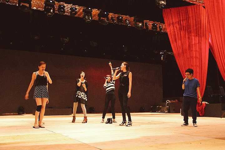 Ngoài ra, biên đạo múa Tấn Lộc dù bận lịch ở Mỹ cũng bay về Việt Nam hỗ trợ Hồ Ngọc Hà mang đến những màn trình diễn ấn tượng và đặc biệt trong Live Concert này.
