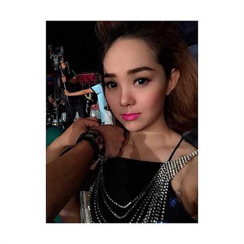 Nữ ca sỹ tạo dáng khi đag make up chuẩn bị lên sân khấu.
