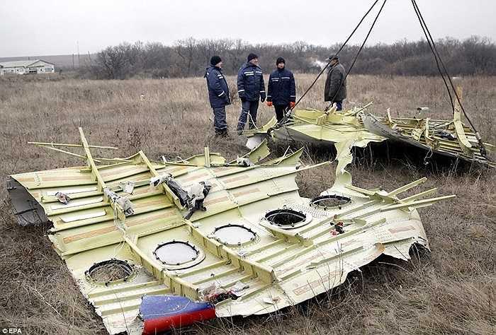 Những mảnh vỡ từ chiếc máy bay mang số hiệu MH17 đang được thu dọn khẩn trương