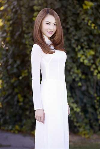 Jennifer Chung vừa thực hiện một bộ ảnh với tà áo dài trắng tinh khôi.