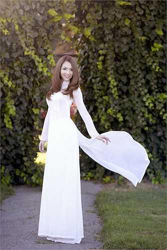Cô thường xuyên diện tà áo dài truyền thống đến nhiều sự kiện quan trọng cũng như khi được vinh danh tại Mỹ.