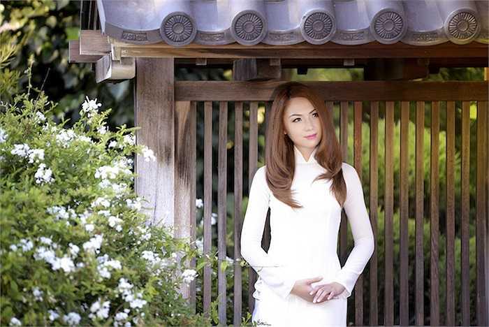 Những đường nét thuần Việt trên khuôn mặt Hoa hậu Châu Á tại Mỹ dường như được tôn lên nhiều lần với tà áo dài.