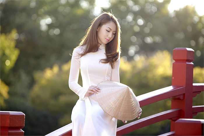 Cùng ngắm thêm những hình ảnh tuyệt đẹp của Jennifer Chung trong tà áo dài: