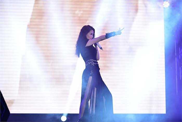 Trương Ngọc Ánh xuất hiện đầy gợi cảm khi thể hiện ca khúc Bang Bang.
