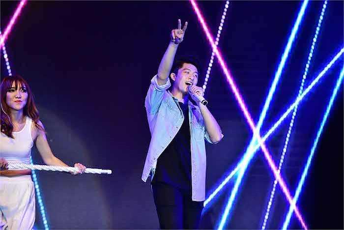 Lần đầu khoe giọng hát trên một sân khấu lớn, song Harry Lu khá tự tin thể hiện ca khúc nhạc ngoại Baby.