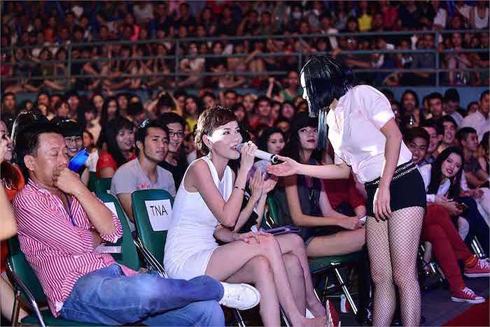 Cô xuống tận hàng ghế khán giả để giao lưu với các khách mời.