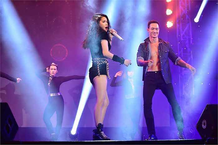 Cặp đôi khuấy động không khí, khiến hàng ngàn khán giả có mặt tại sân khấu Lan Anh không thể ngồi yên tại chỗ.