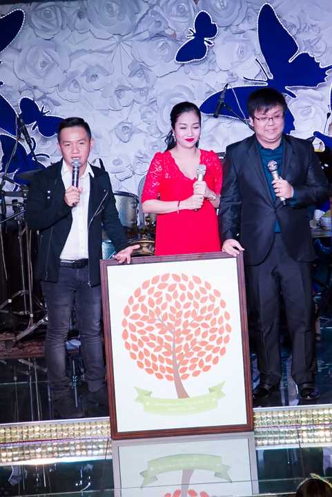 Ốc Thanh Vân mặc dù đang mang thai tháng thứ 7 vẫn nhiệt tình cùng Anh Khoa làm MC suốt 3 tiếng đồng hồ.