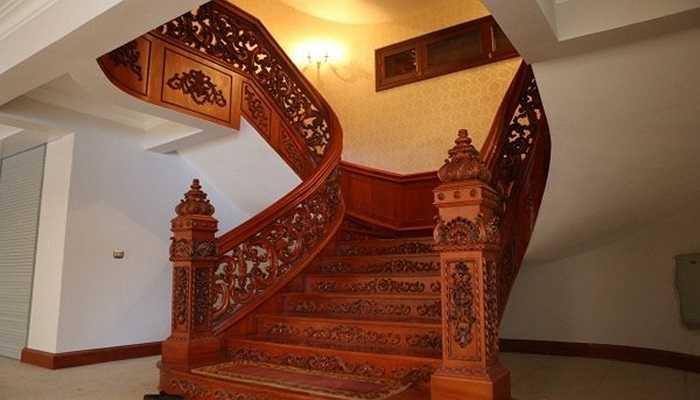 Cầu thang cũng được làm rất cầu kỳ từ gỗ quý...