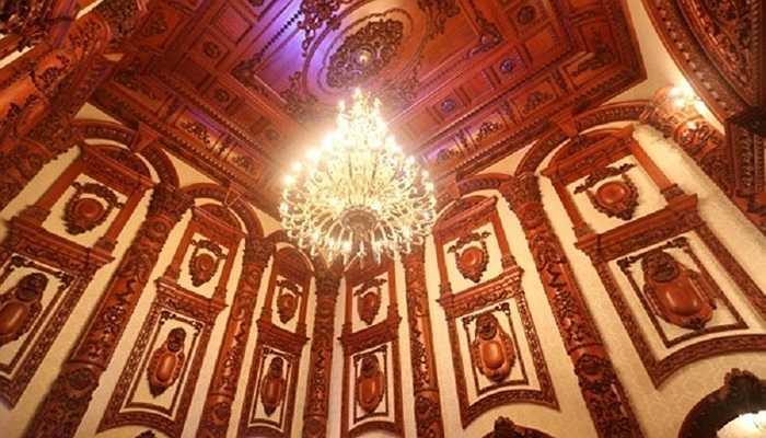 Theo ý tưởng của chủ nhà là muốn tạo nên cho mình một hình tượng tôn nghiêm và bề thế. Mặt khác, nội thất làm bằng gỗ rất hợp mệnh phong thủy với gia chủ và ngoài gỗ ra, chủ nhà còn trưng bày rất nhiều loại đồ cổ quý hiếm.