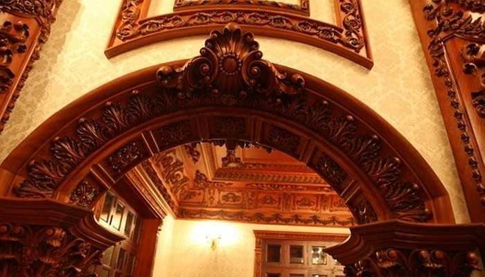 Xuất phát từ mong muốn đó, đơn vị thiết kế đã thiết kế cho tòa lâu đài hệ thống đèn chiếu sáng như các loại đèn chùm, đèn tường, đèn trang trí cao cấp... để làm nổi bật lên các chi tiết tinh xảo của trần nhà, tường hay các hoa văn được chế tác từ gỗ quý.