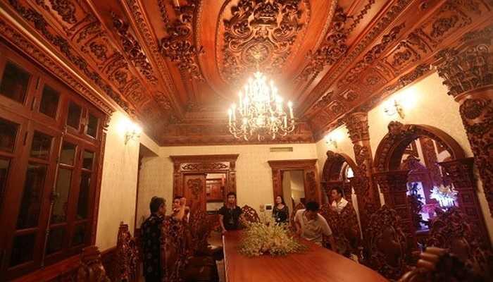 Riêng phần nội thất bằng gỗ trong tòa lâu đài Tổng Hải Sơn đã tiêu tốn hơn gần 100 tỉ đồng, trong đó có những cây gỗ nguyên khối có giá trị rất cao.